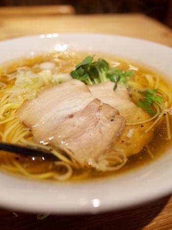 澄んだ醤油スープは、無添加・無化調を目指した製法でつくられています。濃厚スープがお好みなら、背脂と魚介増しすることもできますよ。