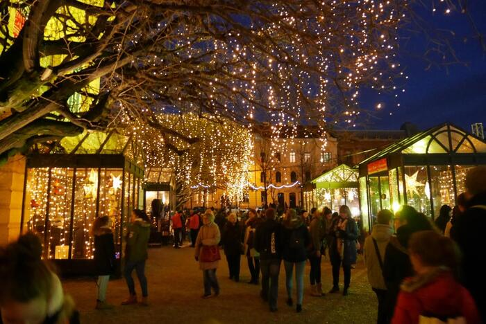 規模の大きなクリスマスマーケットを楽しみたいならクロアチアの「ザグレブ」で行われるクリスマスマーケットはいかがでしょうか。ヨーロッパ一巨大なクリスマスマーケットと言われるザグレブのクリスマスマーケットはスケールの大きさに圧巻です!