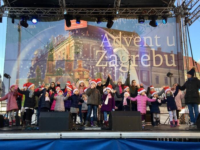 寒さの厳しいクロアチアのザグレブですが、そんな寒さを忘れてしまうほどとにかく楽しみがたくさんです♪広場では音楽の演奏やたくさんの露店、お土産ショップもたくさんあります。