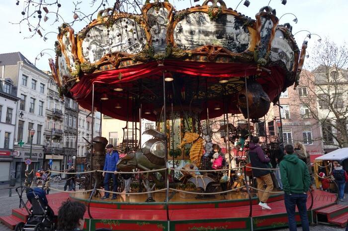 また、こんなメリーゴーランドなんかもあるのはブリュッセルのクリスマスマーケットならではですね♪子供はもちろんのこと、大人も子供になって楽しんじゃうクリスマスマーケットが楽しめますよ◎