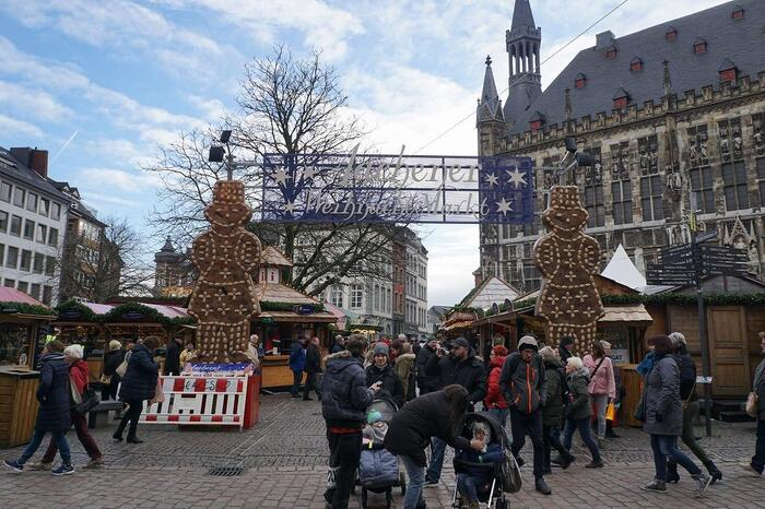 まずはじめにご紹介したいクリスマスマーケットは、クリスマスマーケットの聖地でもあるドイツの「アーヘン」。ベルギーのすぐそばにあるアーヘンは、世界遺産で有名な「アーヘン大聖堂」で有名なスポットです。