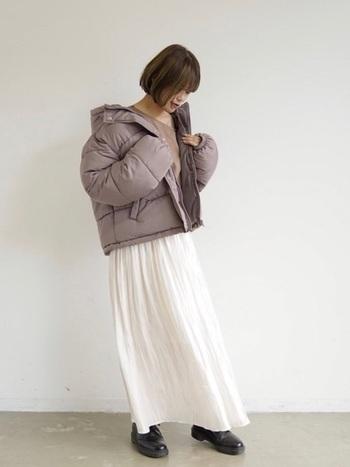着ると温かくて保温性抜群の中綿ブルゾン。ショート丈は合わせるボトムスによってがらっと雰囲気も変わるので、冬のおしゃれをたくさん楽しめます。白のサテンロングスカートと合わせて、フェミニンなゆるふわ感を出して♬