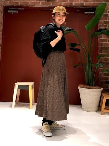 クラシカルなチェック柄のスカートもキャップやリュック、スニーカーを合わせれば、程よくカジュアルでこなれた雰囲気になりますよ。
