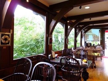 館内には中庭が望めるカフェも。六甲山の自然を感じながらお茶をするのもおすすめです。