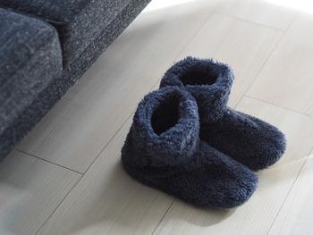 リビングやキッチンにいると、足元から冷えてしまう……という方には、こちらのブロガーさんのアイテムのように、足首もまるごと包んでくれるルームシューズがおすすめ。ふわふわのボア素材でできているのだそう。これさえあれば、ラグがなくても大丈夫かも。 さらに、洗濯機で丸洗いできて、靴底は防水仕様で滑り止め付き!アイテムは、機能性もチェックして選びましょう♪