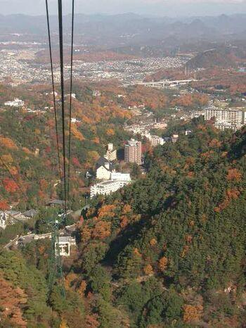 六甲山から有馬温泉を結ぶロープウェーで、約12分の空中散歩。秋には六甲山の紅葉を楽しめます。