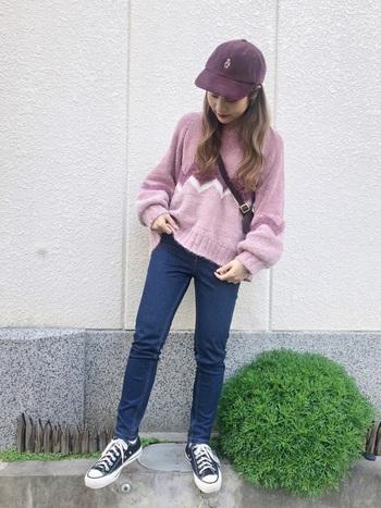 女性らしさや柔らかさを引き出してくれる深みのあるレッド系のキャップ。ピンクのセーターと合わせてもカジュアルなスタイリングのおかげで甘くなりすぎないところが巧みです。
