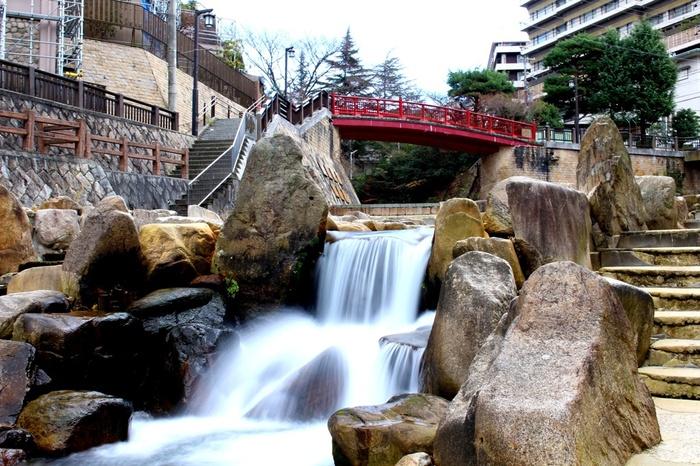 日本三古泉かつ日本三名泉である有馬温泉。豊臣秀吉と正室のねねにも愛されて、別邸まで建てられていました。街の中心部にある赤い橋は「ねね橋」と名づけられています。