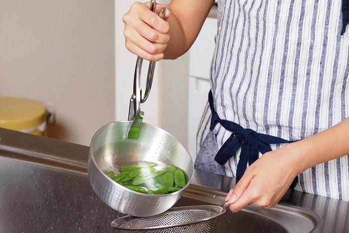 アルミの鍋はとにかく軽いから、麺や茹で野菜の湯切りをするときだって片手でひょいっと持ち上げられるし、煮物をそのまま器に移すことができます。いろんな動作をしても、やっとこバサミががっしりとお鍋をホールドしてくれるから安心。