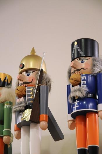 ドイツの伝統的なおもちゃやブリキのおもちゃが並んでいます。ノスタルジックなデザインのおもちゃは大人が見ても楽しめます。