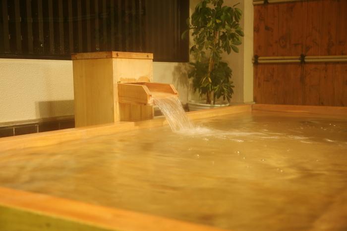 有馬温泉には「金泉」と「銀泉」という2種類の泉質があります。その両方が楽しめるのが「有馬御苑」です。金泉は内湯の岩風呂、銀泉は檜の露天風呂となっています。