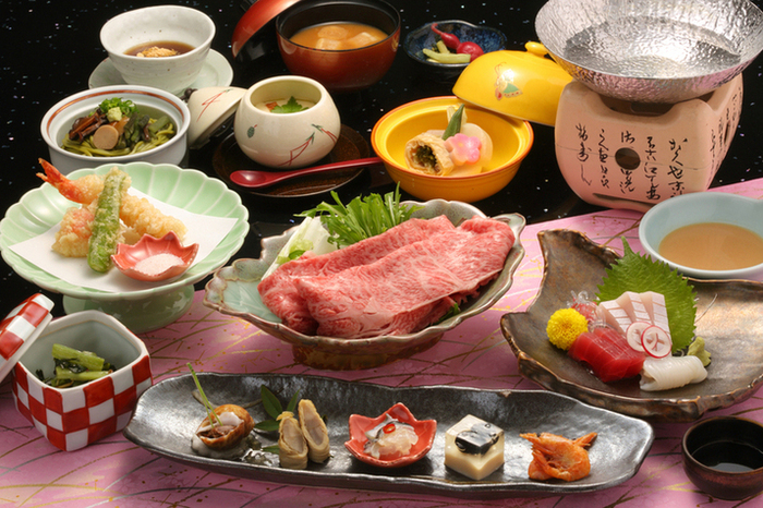 夕食はお部屋で。神戸牛をステーキやしゃぶしゃぶ、すきやきなどで楽しめます。女子に嬉しい、色々な料理を少量ずつ頂ける「精選少量会席」もありますよ。