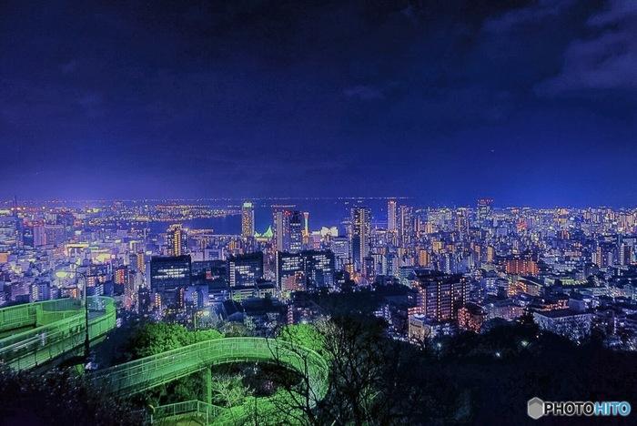 夜景が美しいことでも有名な神戸。ビーナスブリッジは神戸・三ノ宮からアクセスしやすい夜景を一望できるスポットです。神戸の街からベイエリアまでのパノラマを楽しめます。