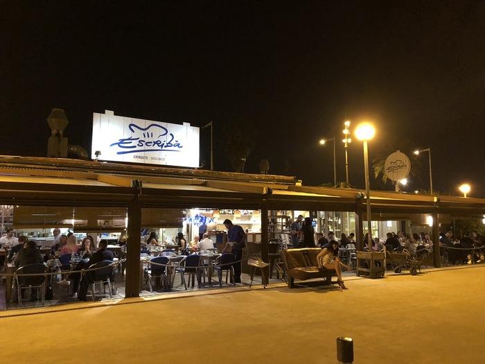 地元の食通たちが高く評価しているレストラン「チリンギート・エスクリバ」。海沿いにあるこの店なら、フィデウアもパエリアも間違いありません。地中海の風を浴びられる立地も良し。 フィデウアはフライパンが大きく一見ボリューミーに見えますが、美味しいので女性でもペロッとたいらげてしまうはず。  名称:Xiringuito Escriba 住所:Avenida del Litoral, 42, Barcelona, Spain
