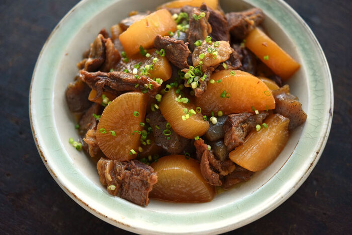 やわらかい牛すじとしっかり味の染み込んだ大根の煮物です。おつまみはもちろん、晩御飯のメインにもなる一品。一味やネギをプラスすれば、お酒にぴったりの味わいに。
