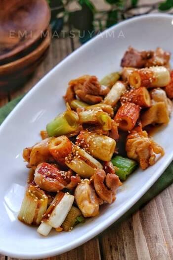 長ねぎと鶏肉を甘辛味に炒めた焼き鳥風の炒め物のレシピ。バターの風味が食欲をそそります♪鶏肉とねぎはしっかりと焼き色をつけると香ばしく、より一層焼き鳥っぽく仕上がります。