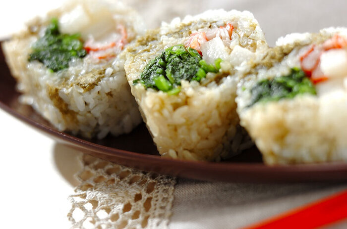 ほうれん草、カニカマ、長芋を使ったちょっとめずらしい巻き寿司のレシピ。彩りと食感が楽しめる一品です。ほうれん草にしっかりと味付けしてあるので、そのままでもおいしく頂けます。
