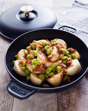 かぶとツナ缶、枝豆を使った炒めもののレシピ。にんにくの風味が効いて食欲が進む味わいです。ツナ缶の油も一緒に炒めるのがポイント。ブラックペッパーをお好みで加減すれば、お酒に合う一品になりますね。