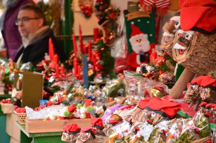 クリスマスシーズンには広場にクリスマスマーケットが並び、キリスト教のデコレーション「ベレン」や、華やかなリースが売られます。この写真の右側にあるのは、カタルーニャ地方に伝わるサンタクロースのような存在。プレゼントをおしりから出すというシュールな妖精「ティオ・デ・ナダル」です。 クリスマス時期にしかない伝統や装飾も見ごたえがありますよ。
