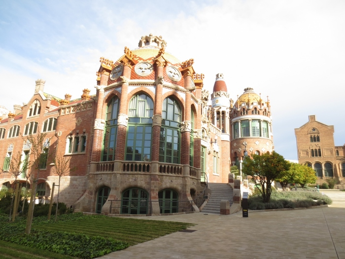 サン・パウ病院もカタルーニャ音楽堂と同じく建築家リュイス・ドメネク・イ・ムンタネー作。一般的にはシンプルに作られる病院という空間に幻想的な曲線、光、彩りを取り入れて温かく優しい癒しを表現しています。こんな病院は他のどこでも見たことがないはず。 ガウディ建築に比べると観光客がそこまで多くないため穴場とも言われています。  名称:Hospital de Sant Pau 住所:Carrer de Sant Quintí, 89, 08041 Barcelona