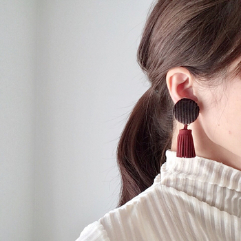 布で作るくるみボタンは、使うテキスタイルによって色々な表情が楽しめるのが魅力。こちらは冬らしいコーデュロイの生地を使ったくるみボタンに、タッセルを合わせた上品なイヤリング・ピアスです。タッセルを外して、くるみボタンだけのシンプルなスタイルで使うこともできるそうですよ。