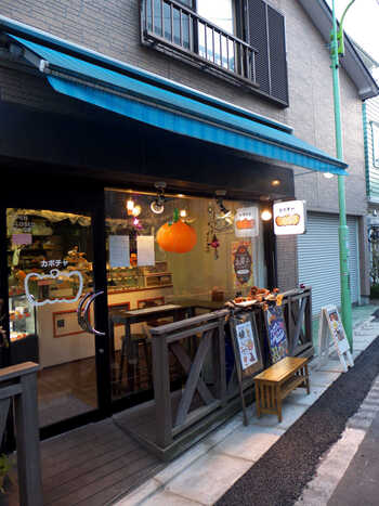 三軒茶屋の駅から歩いて7~8分ほどの弦巻通りにある「KABOCHA」は、店名通り、かぼちゃが大好きなオーナーご夫妻がオープンしたパンプキンスイーツ専門店。テイクアウトはもちろん、店内のカフェスペースの利用もOKです。