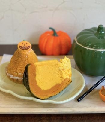この時期に訪れたら、ぜひ食べていただきたいのが「 栗カボチャの焼きプリン」です。プリンのなめらかさとかぼちゃのほくほく感を両方味わえ、皮ごと食べられます。(12月までの限定販売) そして、奥に見えるのは「かぼちゃのモンブラン」。かぼちゃペーストがたっぷり絞ってあり、濃厚な味わいがたまりません。