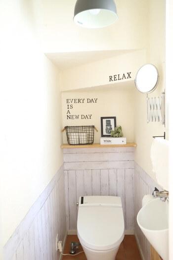 「ついてしまう汚れを減らす」「取り去りやすい状態にする」という対策をしておくとトイレ掃除が楽になります。汚れが付きやすい壁面(特に腰から下の高さ)にリメイクシートを貼るのも効果的。撥水タイプであれば汚れが付きにくく、定期的に張り替えれば汚れが頑固になる事もありません。