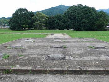 境内には、元々中金堂がおかれていた場所に瑪瑙(めのう)の礎石が一部残されており、中金堂の柱の土台に瑪瑙(大理石)が使われていたことがうかがえます。実際に手に触れてみることができる、貴重な遺構です。