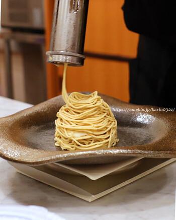メニューは2種類で、そのひとつが「モンブランデセル」。カウンターの目の前で職人さんが作ってくれる珍しいスタイルで、表面と中で異なるモンブランクリームが使われています。作りたてでしか味わえない栗本来の風味となめらかな食感にこだわっているそう。