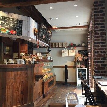 店内は、カントリー風のおしゃれな雰囲気で、古きよき昔のアメリカの田舎町にあるカフェのような落ち着いた空間です。