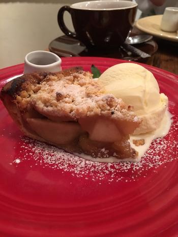 定番のひとつ「クラシックラムレーズン」は、りんごとラムレーズンの間違いない組み合わせ。国産りんごのシャキシャキとした食感と、表面のクランブルの存在感も抜群です。ホットコーヒーや紅茶と一緒に味わいましょう。