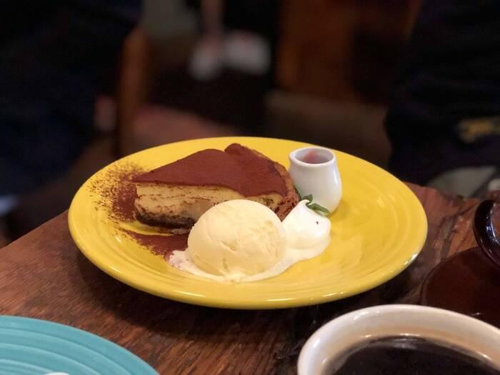 青山店限定の「ティラミスアップルパイ」は、マスカルポーネの風味にコーヒーとココアのほろ苦さが絶妙なバランスで、たっぷりのりんごの甘酸っぱさと好相性。しっとり大人のティータイムにぴったりです。