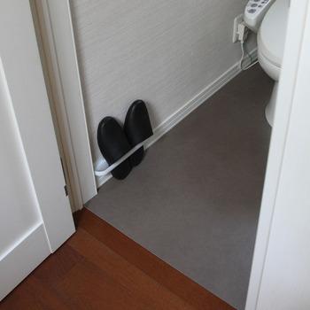 トイレでマット類を使わない場合は、汚れが拭き取りやすい素材の床用シートを全面に貼ったりするとお掃除がしやすくなりますよ。
