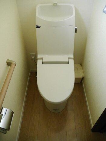 トイレはそのままだと殺風景になりがちなので、小物やミニ観葉などのディスプレイが欲しくなりがちですが、「ホコリが立ちやすい+尿汚れが散りやすい」という環境なので、こまめな手入れができない場合は「何も置かない」のが一番簡単なきれいへの近道です。収納も目の細かいバスケットなどよりも、つるんとしたプラスチック素材がおすすめです。