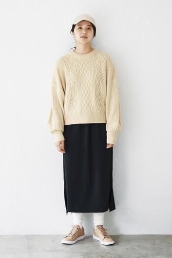 すとんとシンプルなスカートに合わせると、ニットのボリュームを調整してすっきりと着こなせます。ニットを着ると着膨れしてしまう心配がある人に特におすすめです。