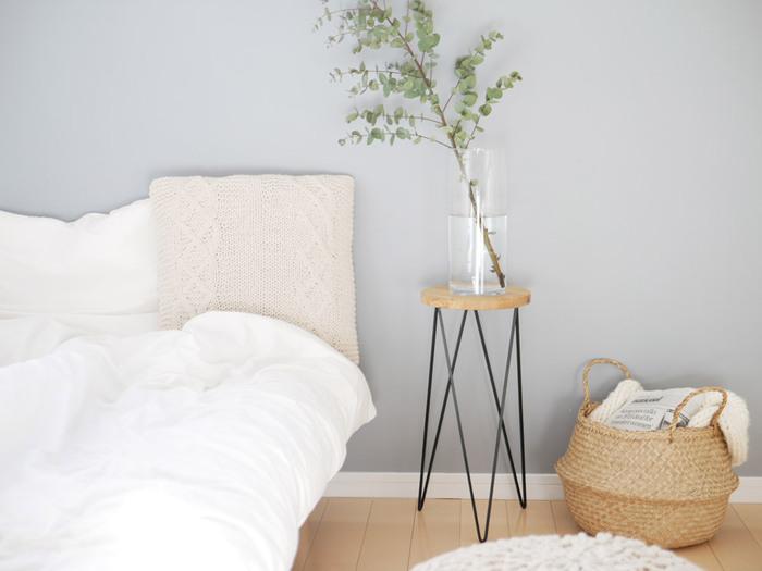 平らな面が整うと部屋全体がきれいに見えるのは、寝室も同様です。ベッドは小さくても1畳ほどの面積がありますので、ここを整えると効果抜群。朝起きたら布団を整え、ベッドカバーをかける。ベッドまわりの床も、ついでに軽く掃除する。こうやって清潔な寝室を保つと、睡眠の質が上がり、心身の健康促進にも役立って一石二鳥です。