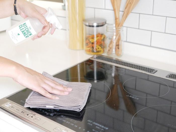 気温が高い夏は、油汚れが浮いて落ちやすいというメリットがあります。やっかいなキッチンのコンロまわり、換気扇のベトベトとした汚れも、すっきり落としてしまいましょう。梅雨で汚れた窓ガラスや網戸の掃除、ジメジメしやすい浴室のカビ対策もこの時季にやっておきたいですね。