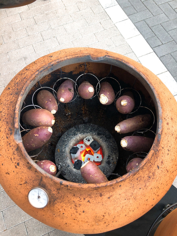 店頭には大きな壺。焼きいものために特別に作られたもので、炭火を使ってじっくり90分焼いているそう。時間をかけることで、焼きたてはもちろん冷めてもおいしいんですよ。