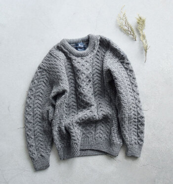 アランニットは、漁師町で伝統的に編まれてきた「フィッシャーマンセーター」の一種。印象的なデザインながら、合わせるアイテムひとつで印象が大きく変わります。そんなアランニットの素敵な着こなしをご紹介します。