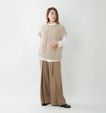 重ね着に重宝するベストも人気。ワイドパンツと合わせてゆるめに着こなすのが気分です。