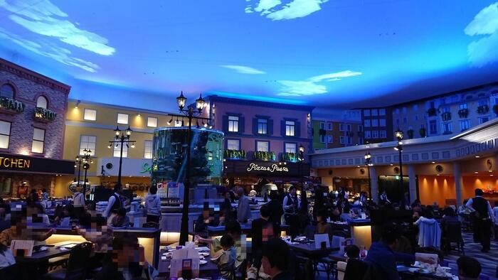 杉乃井ホテルと言えば、大空間で提供されるビュッフェスタイルの食事が自慢。こちらは、ワ-ルドダイニング「シーダパレス」です。大きな水槽のメインディスプレイを中心に、ひとつの街のような大空間が広がります。シェフがその場で焼いてくれるステーキから多彩なスイーツまで心ゆくまで楽しめます。  お子さんが自分でお皿に盛り付けることができる「キッズバイキング」のコーナーも。大満足の食事も杉乃井ホテルの醍醐味です。