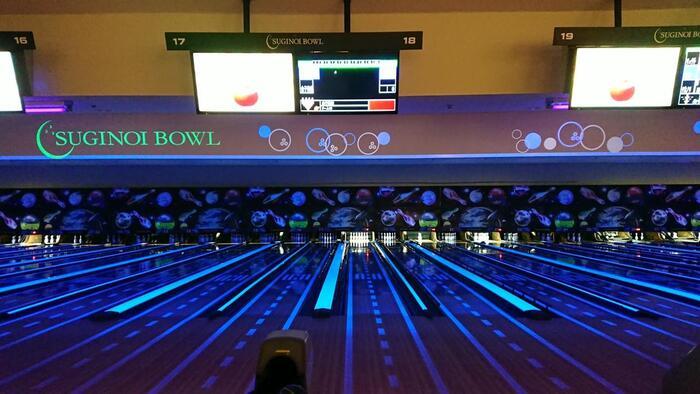 """屋内で遊びたいなら、ボウリング場やゲームセンターも。スギノイボウルには、国内でもめずらしい""""ブラックライト""""システムが採用されているのだとか。いずれも本格的な施設なので、わくわくしながら子どもから大人まで楽しめますよ。"""