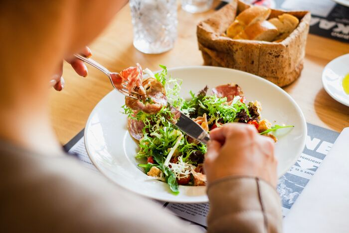 また、外食するにしても「どこで」「何を食べるか」を決めなければなりません。食べたいという欲求の他にも、その日の予定や家計に占める出費のバランスを考える必要があります。いずれにしろ、選ぶだけでかなり疲れてしまう事も。