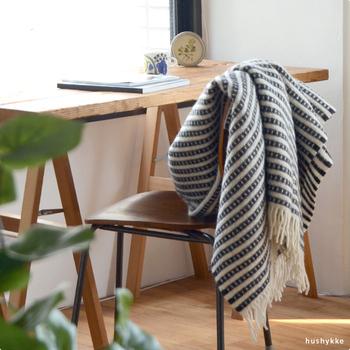 スウェーデンの老舗ブランド、「クリッパン」。生後6ヶ月の羊毛を使ったスローケットは、軽い肌触りはもとより、驚くのは柔らかさ。ばさっとソファやダイニングチェアにかけるだけで様になる。寒さを感じたらすぐ羽織れる気軽さも魅力です。
