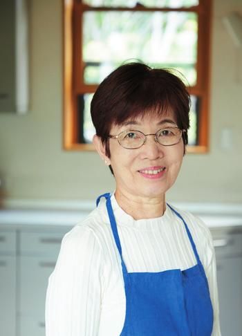 石原洋子(いしはら ひろこ) 料理研究家。自由学園で学ぶ。卒業後は家庭料理、中国料理、フランス料理など各分野の第一人者に学ぶ。料理家のアシスタントを務めたのち独立。自宅で開く料理教室は40年以上になり、生徒さんが絶えず集まる人気が続いている。確かな技術に基づく指導に定評があり、テレビや雑誌、書籍で活躍中。著書には、夫である根岸規雄さんとの共著『わが家のおかずサラダ』(世界文化社)ほか多数。