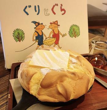 ドラマでも紹介された「カステラパンケーキ」は、絵本に世界から抜け出してきたような見た目に感動です。スキレットで30分ほどかけて焼いたパンケーキは、ふわふわとろとろ。大きなバターの香りもたまりません。