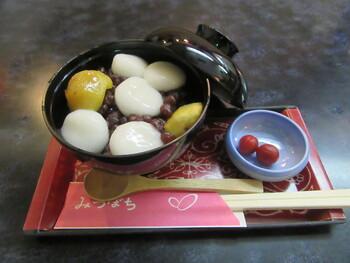 冬季限定の「栗ぜんざい」は、大きめのお椀に入っていて甘いもの好きさんも満足できますよ。粒あんの上に栗と白玉がトッピングされていて、こちらも中にはあつあつのきび餅が。甘いつぶ餡ときび餅や白玉を一緒に口に入れると、やさしい味にほっこり和みます。