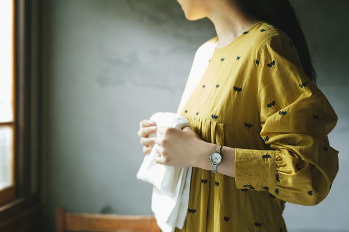 """忙しい平日を過ごした週末には、たまった洗濯物を一気に片付ける。なんだか気持ちはすっきりと、背筋もしゃんとさせられます。そんな何気無い日々にも、自然と寄り添ってくれる『Riki』の腕時計。見るだけで、""""ほっ""""とできるデザインは、心を落ちつかせてくれます。"""