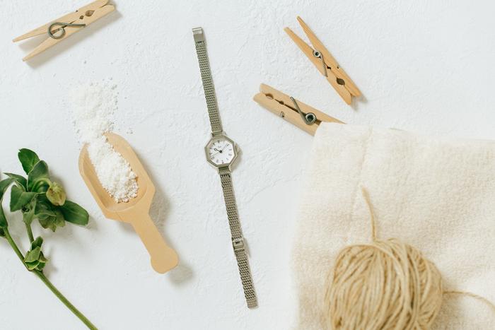 すっきりとした印象のシルバーは、モダンでシックな印象を与えてくれます。小型のダイヤルにもかかわらず、くっきりとしたローマ数字とクラシックな針の形状で、小さくても見やすいデザインは嬉しいポイント。身に着ける人を選ばない、優しい腕時計です。